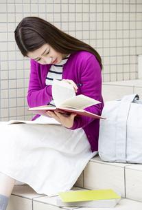 勉強する日本人女性の写真素材 [FYI04636656]