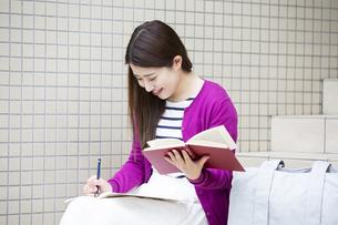 勉強する日本人女性の写真素材 [FYI04636657]