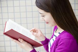 読書をする日本人女性の写真素材 [FYI04636658]