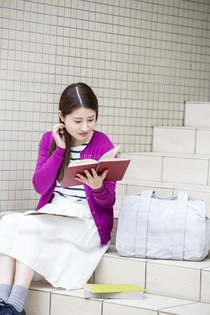 勉強する日本人女性の写真素材 [FYI04636659]