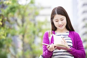 読書をする日本人女性の写真素材 [FYI04636670]