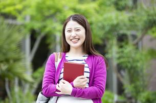 本を持つ日本人女性の写真素材 [FYI04636672]