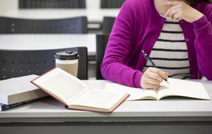 勉強する女性の写真素材 [FYI04636675]