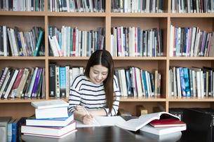 図書室で勉強する日本人女性の写真素材 [FYI04636699]