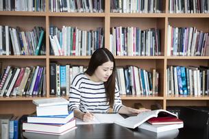 図書室で勉強する日本人女性の写真素材 [FYI04636700]