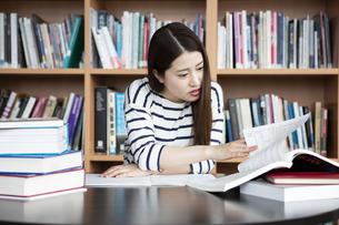 図書室で勉強する日本人女性の写真素材 [FYI04636701]
