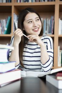 図書室で勉強する日本人女性の写真素材 [FYI04636702]