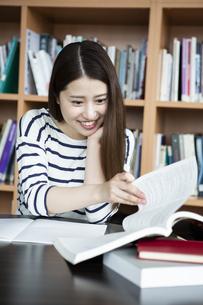 図書室で勉強する日本人女性の写真素材 [FYI04636703]