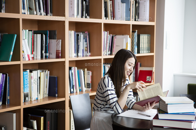 図書室で勉強する日本人女性の写真素材 [FYI04636709]