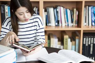 図書室で勉強する日本人女性の写真素材 [FYI04636711]
