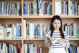 図書室で本を読む日本人女性の写真素材 [FYI04636724]