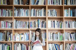 図書室で本を読む日本人女性の写真素材 [FYI04636725]