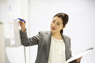 プレゼンをする日本人女性の写真素材 [FYI04636744]
