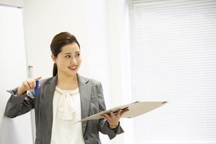 プレゼンをする日本人女性の写真素材 [FYI04636745]