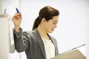 プレゼンをする日本人女性の写真素材 [FYI04636748]