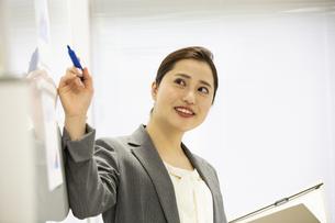 プレゼンをする日本人女性の写真素材 [FYI04636749]