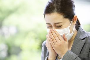 マスクを付けた日本人女性の写真素材 [FYI04636825]