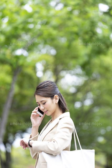 電話をするビジネス女性の写真素材 [FYI04636834]