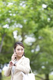 電話をするビジネス女性の写真素材 [FYI04636835]