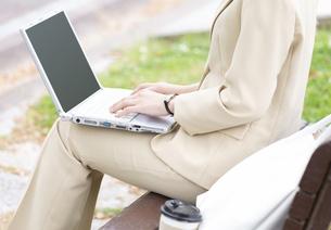 パソコンをするビジネス女性の写真素材 [FYI04636841]