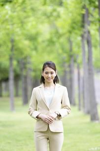 屋外のビジネス女性の写真素材 [FYI04636848]