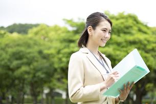 ファイルを持つビジネス女性の写真素材 [FYI04636866]