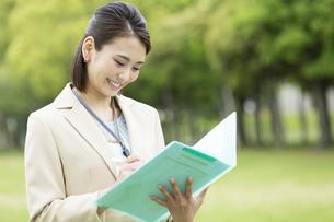 ファイルを持つビジネス女性の写真素材 [FYI04636867]