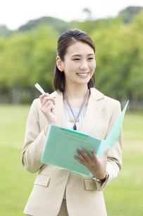 ファイルを持つビジネス女性の写真素材 [FYI04636868]