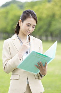ファイルを持つビジネス女性の写真素材 [FYI04636869]