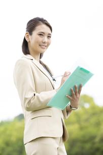 ファイルを持つビジネス女性の写真素材 [FYI04636870]