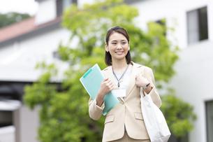 ファイルを持つビジネス女性の写真素材 [FYI04636887]