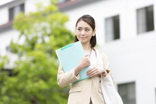 ファイルを持つビジネス女性の写真素材 [FYI04636888]
