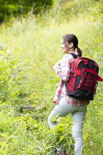 山を歩く女性の写真素材 [FYI04636905]