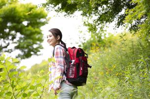 山を歩く女性の写真素材 [FYI04636907]