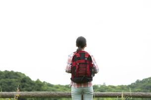 ハイキングをする女性の後姿の写真素材 [FYI04636939]