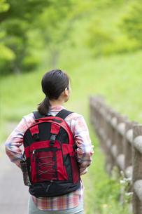 ハイキングをする女性の後姿の写真素材 [FYI04636961]
