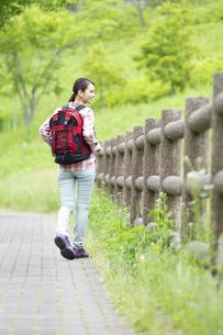 ハイキングをする女性の後姿の写真素材 [FYI04636963]