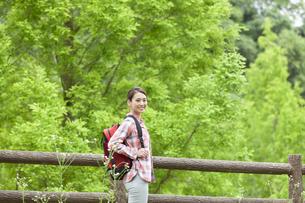 ハイキングをする女性の写真素材 [FYI04636971]