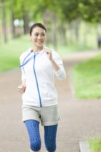 運動をする女性の写真素材 [FYI04637002]