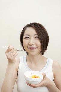 ヨーグルトを食べる女性の写真素材 [FYI04637259]