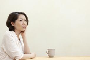 遠くを眺める女性の写真素材 [FYI04637273]