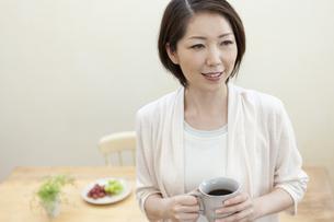 カップを持っている女性の写真素材 [FYI04637274]