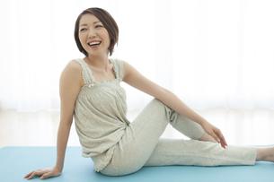 ストレッチする笑顔の女性の写真素材 [FYI04637311]