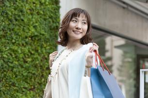 ショッピングバッグを持つ笑顔の女性の写真素材 [FYI04637331]