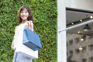ショッピングバッグを持つ笑顔の女性の写真素材 [FYI04637333]