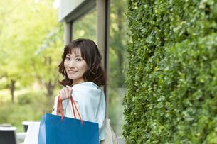 ショッピングバッグを持つ笑顔の女性の写真素材 [FYI04637334]