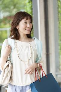 ショッピングバッグを持つ笑顔の女性の写真素材 [FYI04637338]