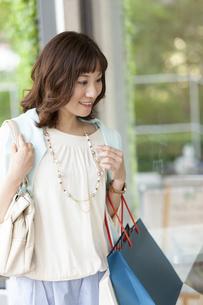 ショッピングバッグを持つ笑顔の女性の写真素材 [FYI04637339]