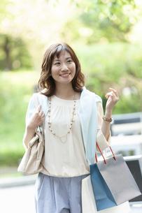 ショッピングバッグを持つ笑顔の女性の写真素材 [FYI04637340]