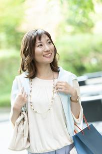 ショッピングバッグを持つ笑顔の女性の写真素材 [FYI04637341]